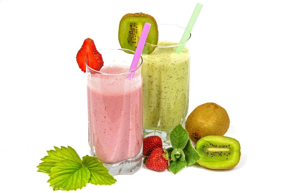 Smoothies et jus de fruits détox, d'excellents supports pour consommer la spiruline en poudre ou en paillettes