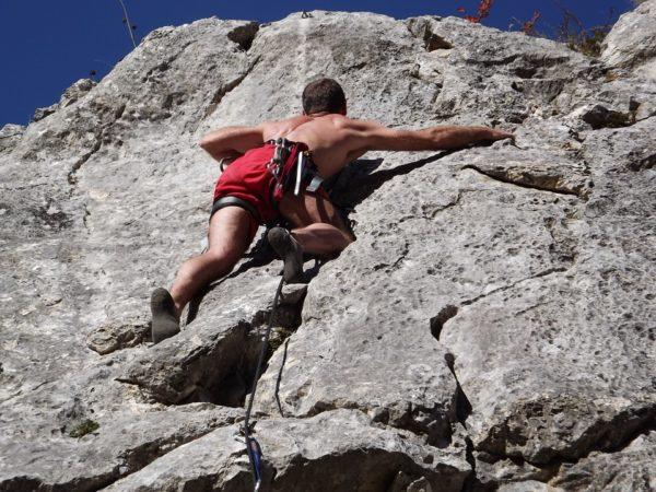 sportif qui utilise la spiruline pour améliorer ses performances en escalade