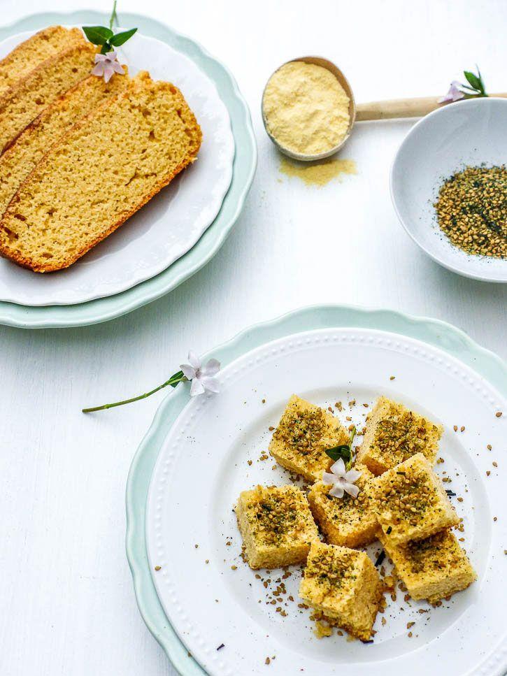 Pain de maïs présenté dans une assiette