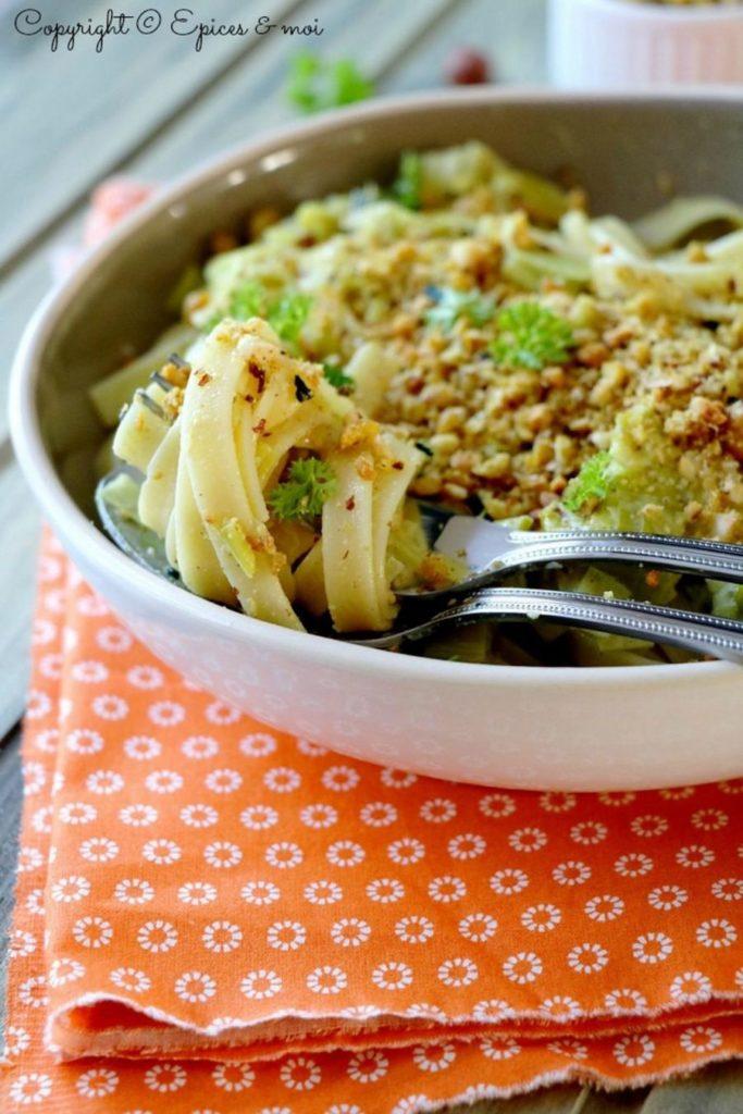 Assiette de tagliatelle aux poireaux, noix et lévaline