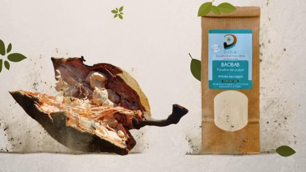 Photo d'un sachet de pulpe de baobab Dihe a cote d'un fruit de baobab