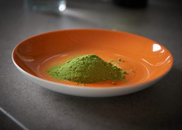 Photo de Poudre de Moringa dans assiette orange