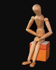 Image d'un manequin en bois qui souffre de douleurs abdominales