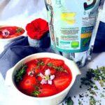 Photo de la soupe de fraises au moringa servie dans des bols blancs