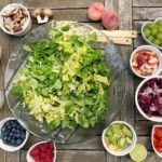 Photo d'aliments équilibrés: crudités, fruits et salade