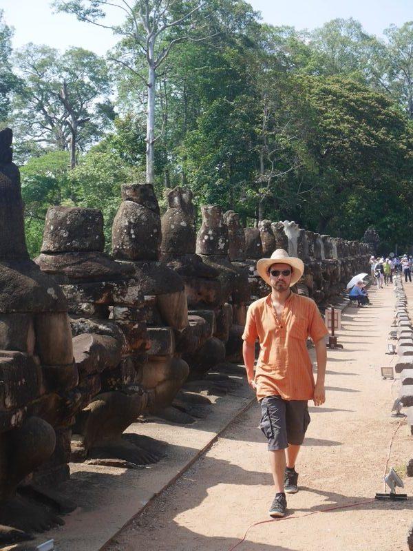 Raphael part explorer les temples cambodgiens après sa visite de la ferme de moringa