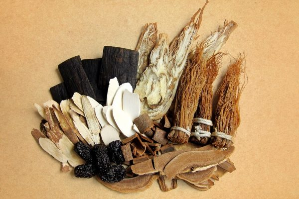 Photo d'adaptogènes posés sur une table : du ginseng, du ganodermo, du reichi ...