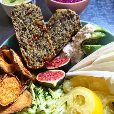 Aliments variés intégrant des graines de teff et de quinoa
