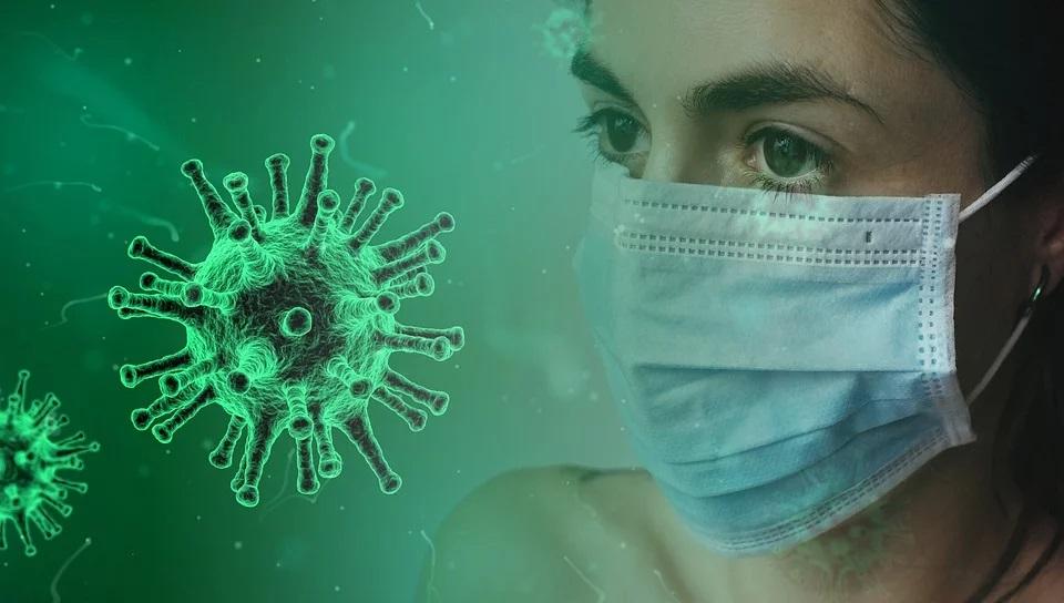Femme qui se protège contre les risques immunitaires et le coronavirus