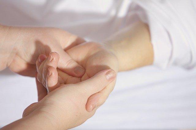 Massage de la main à l'huile de magnésium transcutané