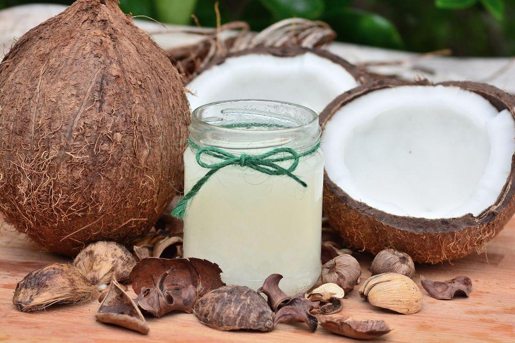 Huile de coco comme base à un masque capillaire maison a la spiruline, ginseng ou moringa