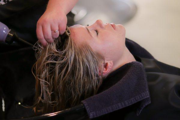 Application d'une crème de spiruline sur la chevelure
