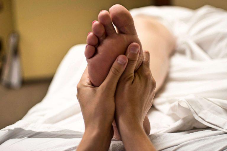 Massage des pieds et de la voute plantaire (réflexologie)