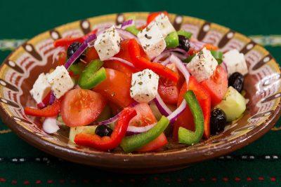 Salade grecque avec de la spiruline en paillettes